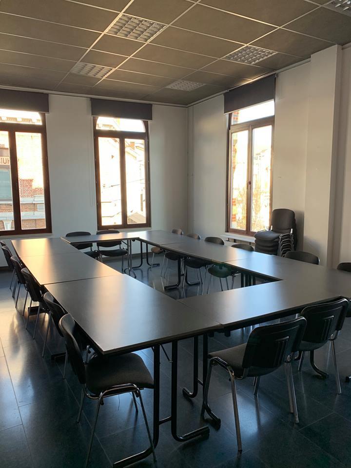 Zaal met enkele tafels op de eerste verdieping